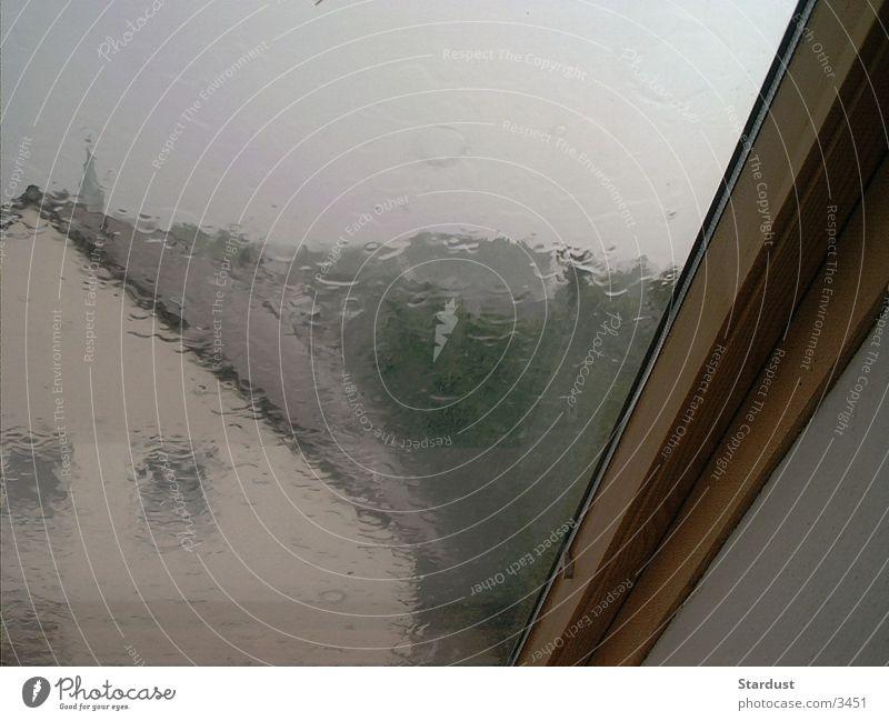 Regentag Fenster Fensterscheibe Wasser. Tropfen
