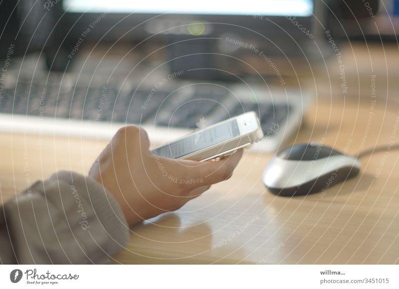 Hand mit Smartphone auf Schreibtisch mit Tastatur und Mouse Arbeitsplatz Büro Arbeit & Erwerbstätigkeit Büroarbeit informieren PDA Medienbranche Weiterbildung