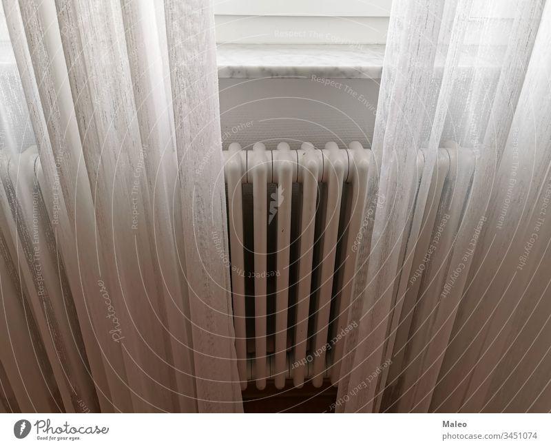 Der Heizkörper der Zentralheizung ist mit hellen weißen Vorhängen verdeckt. zentral Heizung Haus Licht Raum Innenbereich Hintergrund Fenster fade luftig