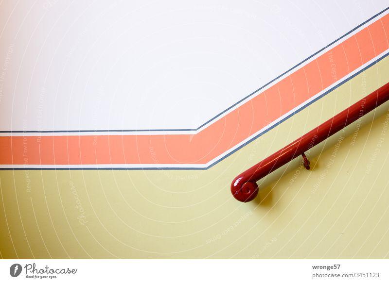 Hölzerner Handlauf konkurriert mit einem roten Farbstreifen in einem schick renovierten Treppenhaus Treppengeländer hölzern Altbau bunt weiß gelb Hauswand