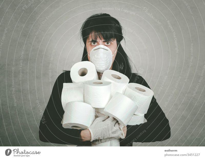 Verrückte junge Frau greift nach Toilettenpapierrollen Coronavirus Krise Coronavirus-Gesundheitskrise Egoismus Wahnsinn covid-19 leer Verbraucher egoistisch