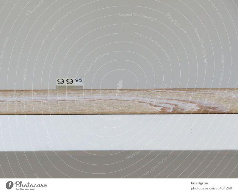 Preisschild in einem leeren Ladenregal Ladengeschäft Regal Zahlen kaufen Ziffern & Zahlen Handel Studioaufnahme Innenaufnahme Schilder & Markierungen Farbfoto