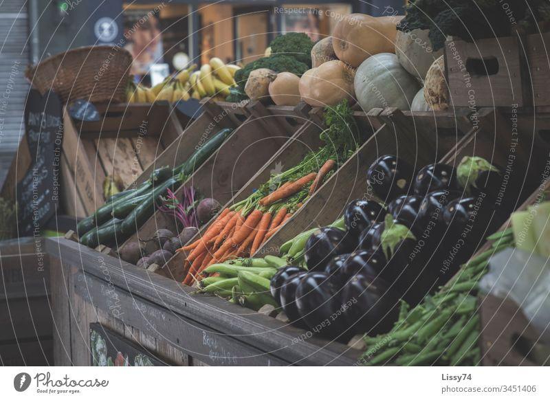 Marktfrisch Marktstand Obst- oder Gemüsestand Vitamine vitaminreich Aubergine Karotten Zucchini Obstkiste