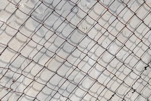 Alte Betonmauer, natürliche Textur. Heller Hintergrund. Die Schatten. Wand Stein Konstruktion grau sanft texturiert Oberfläche neu gealtert ländlich abstrakt
