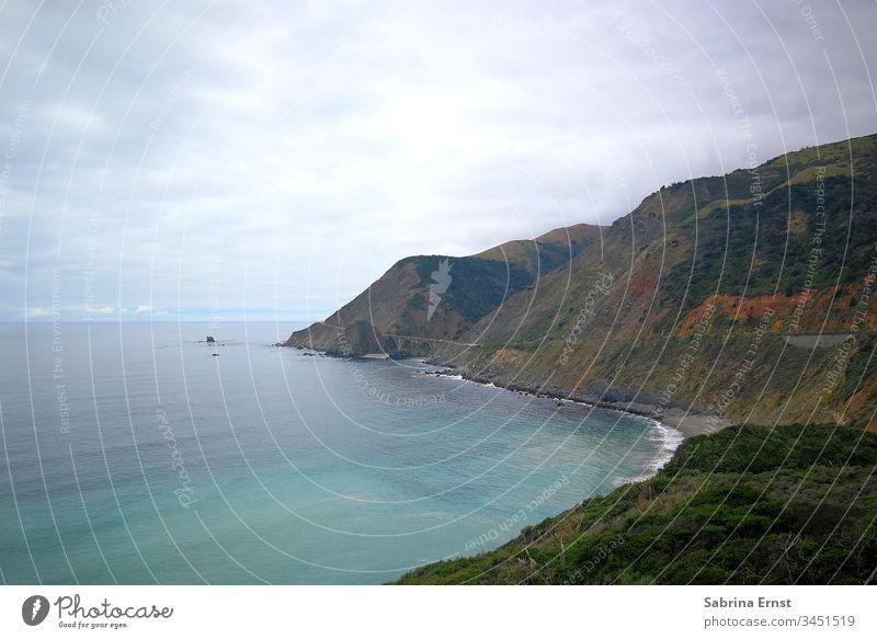 Küstenpanorama des Highway Number One Autobahn Nummer eins Panorama Berge u. Gebirge Hügel schlechtes Wetter wolkig rau Meer Wasser Ausblick Ansicht Natur