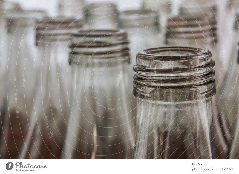 Mehrwegflaschen in einer Waschanlage. Wasser Wasserleitung water aqua nass Erfrischung Wassertropfen Gewinde Flaschen Flaschenverschluss Flaschenhals leergut