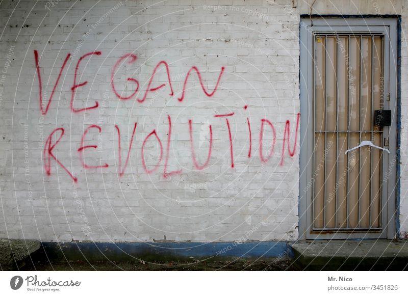 Vegane I Gesundheits I Revolution Vegane Ernährung Bioprodukte Graffiti Tür Mauer rot Schmiererei Schriftzeichen Essen Symbole & Metaphern Politik & Staat