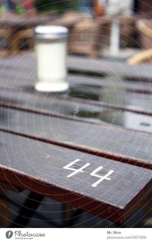 Tischnr.44 Ziffern & Zahlen Biergarten Sommer Salzstreuer Nummer Tischnummer reserviert hinsetzen Stammtisch Café Restaurant Holztisch Erholung Gastronomie