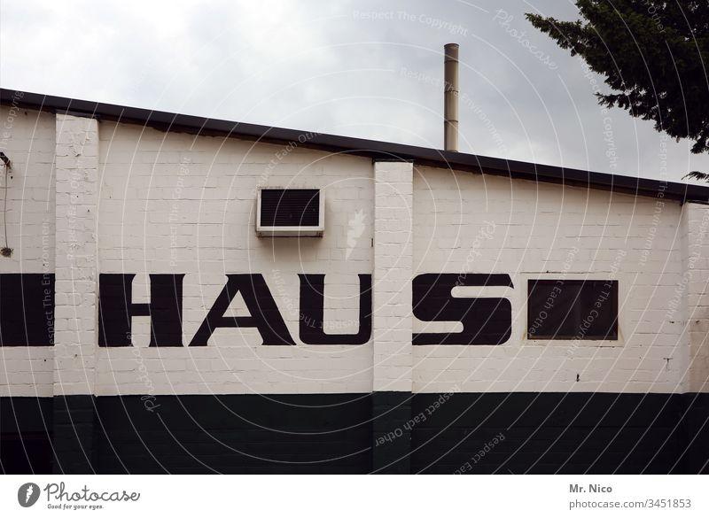 wörtlich genommen | Haus Fassade Architektur Gebäude Schrägdach Strukturen & Formen Beschriftung Wort Dach Bauwerk zu Hause bleiben Zuhause Stadt abzugsrohr