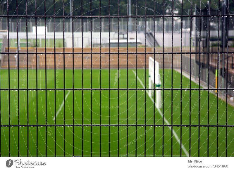 Spielbetrieb eingestellt Menschenleer Außenaufnahme Detailaufnahme Sport-Training Sportrasen Strafraum Bundesliga Fußballtor grün Sportstätten Fußballplatz