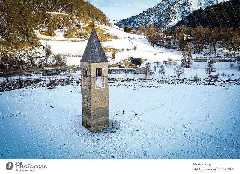Kirchturm gefrorener See Eis Schlittschuhlaufen Eiswasser zugefrorener See Milan Skifahren kalt reschenpass Dröhnen Drohnenflug Drohnenansicht Drohnen-Bilder
