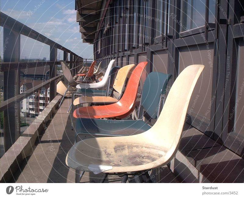 verlassene Stühle dreckig Stuhl Dinge Balkon unordentlich