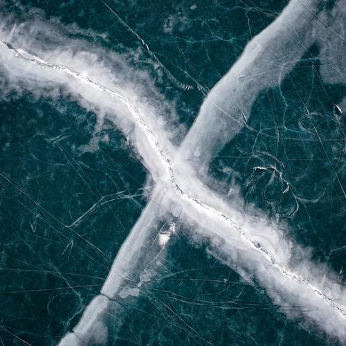 Spuren von Eisseen Schlittschuhlaufen See gefroren Eiswasser zugefrorener See Milan Skifahren kalt reschenpass Dröhnen Drohnenflug Drohnenansicht Drohnen-Bilder