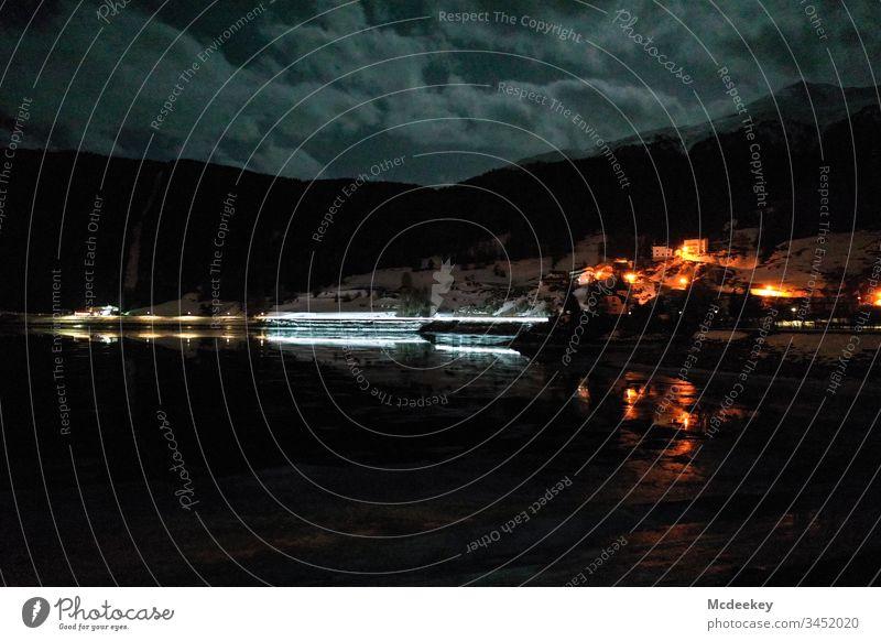 Reschensee bei Nacht Eis Schlittschuhlaufen See gefroren Eiswasser zugefrorener See Milan Skifahren kalt reschenpass Dröhnen Drohnenflug Drohnenansicht