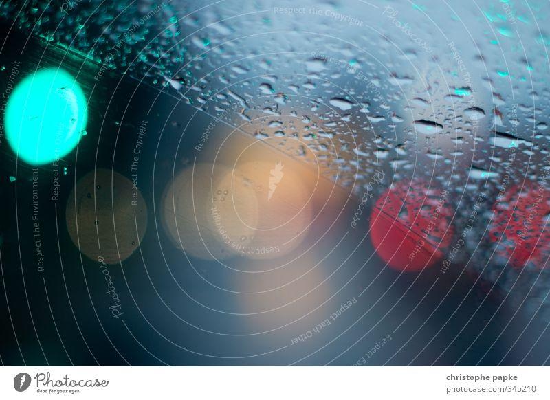 Zweigeteilt schlechtes Wetter Regen Verkehr PKW Wasser nass Wassertropfen Windschutzscheibe Scheibenwischer Ampel Lichtpunkt Farbfoto Nahaufnahme Detailaufnahme