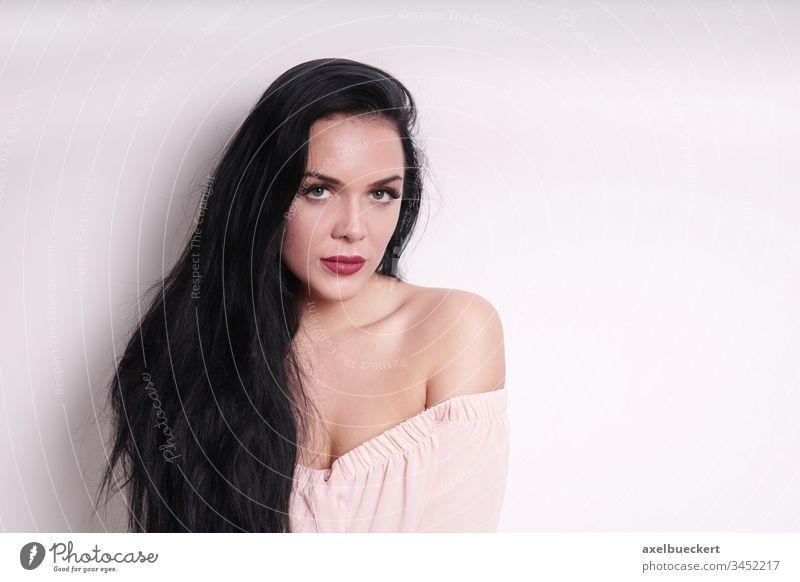 schöne junge Frau in schulterfreier Bluse Mädchen Erwachsener Person Menschen Frauen Porträt hübsch Schönheit sexy roter Lippenstift brünett schwarz lang