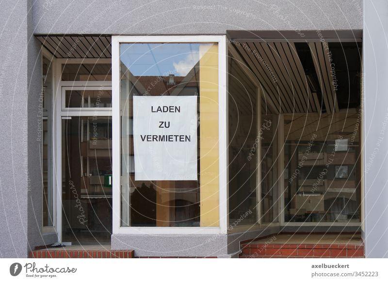 Laden zu vermieten Miete Deutsch Ladenfront Fenster Gebäude Haus Architektur Deutschland leer Leerstand Business Einzelhandel Räumlichkeiten laden zu vermieten