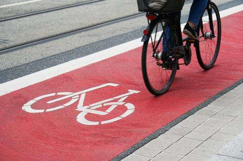 Radspur Fahrradweg Fahrspur Weg Radfahrer Fahrradfahren Radweg Verkehr Straße rot Großstadt Symbol Zeichen Radfahren Arbeitsweg Asphalt Sicherheit Person urban