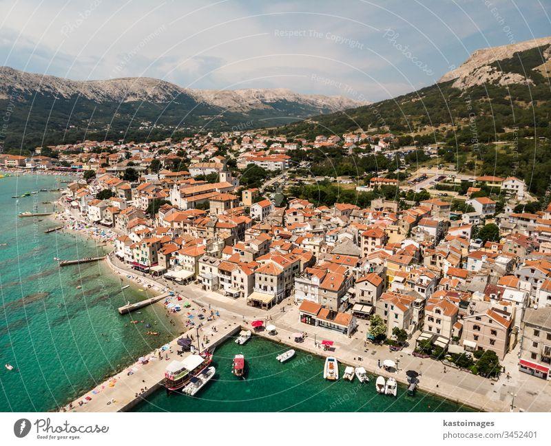 Luftpanorama der Stadt Baska, beliebtes touristisches Ziel auf der Insel Krk, Kroatien, Europa baska krk MEER Großstadt Gebäude hafen Wasser Sommer Architektur
