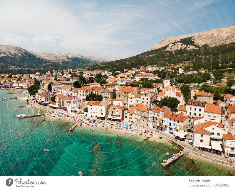 Luftpanoramabild der Stadt Baska, beliebtes touristisches Ziel auf der Insel Krk, Kroatien, Europa. baska krk MEER Großstadt Gebäude hafen Wasser Sommer