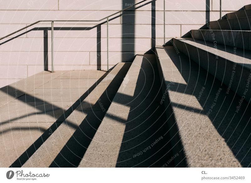 treppe Treppe Treppengeländer Handlauf eckig Beton Stein Menschenleer Außenaufnahme Farbfoto Tag Architektur Wand Mauer Gedeckte Farben abstrakt Linien Muster
