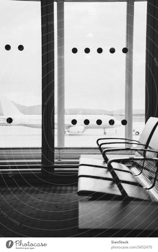 Leerer Wartebereich des Flughafenterminals mit Stühlen im Athener Flughafen reisen s/w schwarz weiß Terminal Flugzeug Gepäck Abheben Transport Ebene Ausflug