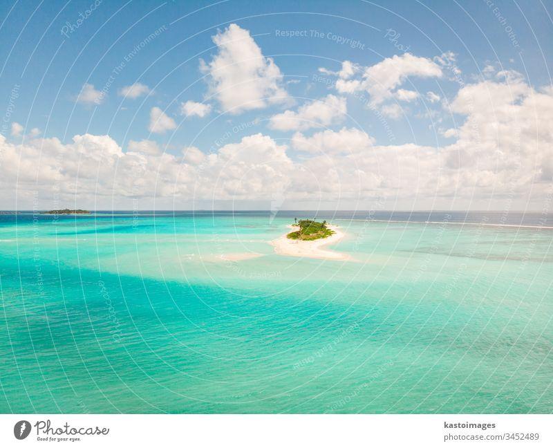 Stellen Sie sich einen perfekten Strand und eine türkisfarbene Lagune auf einer kleinen tropischen Insel auf den Malediven vor Meer MEER Küste Sand Landschaft