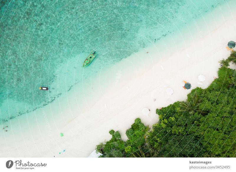 Drohnen-Luftaufnahme eines bildschönen Strandes und einer türkisfarbenen Lagune auf einer kleinen tropischen Insel auf den Malediven Meer Küste MEER Sand