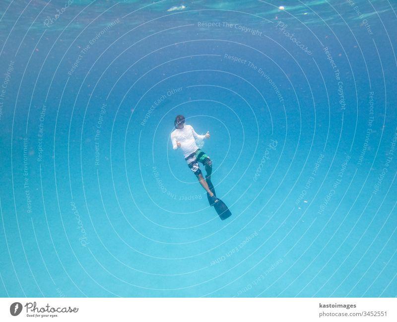 Unterwasseransicht des Freitauchens des Menschen im blauen Ozean. Freitaucher MEER Meer marin Schnorcheln Sinkflug Tauchgerät wild Tauchen schön aquatisch