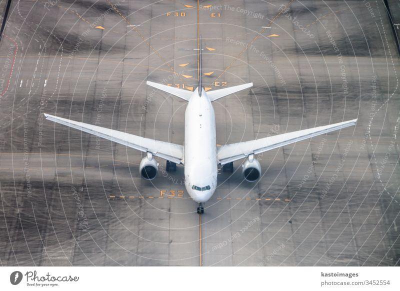 Flugzeug auf einer Startbahn. Flughafen reisen Verkehr Ebene Fliege Ankunft Hintergrund groß Ladung Cockpit Fluggesellschaft wirtschaftlich Transport