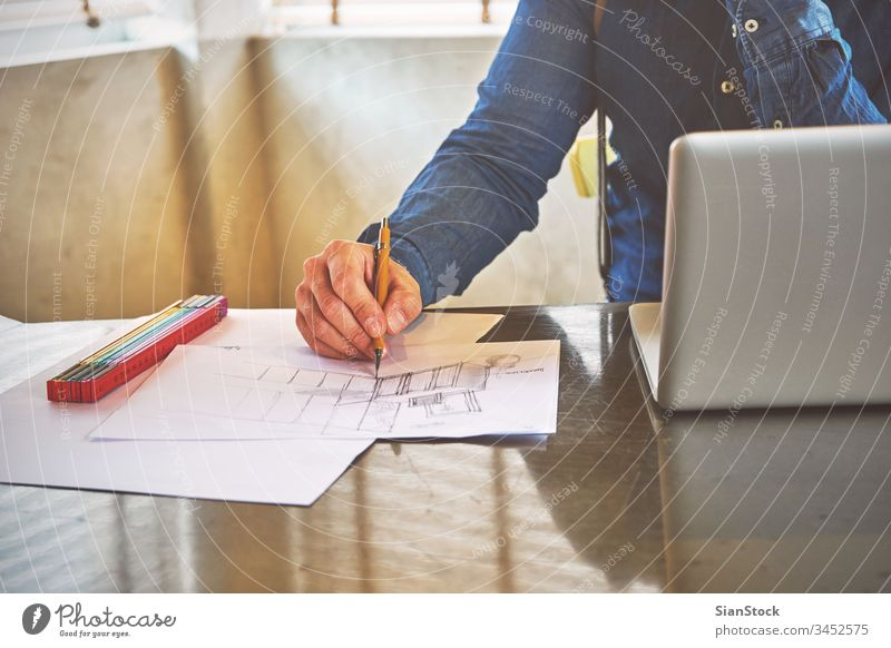 Architekt, der in seinem Büro eine Küche skizziert Laptop Business Frühstück Arbeitsplatz Computer Hände Keyboard Schreibtisch Hand Tisch arbeiten