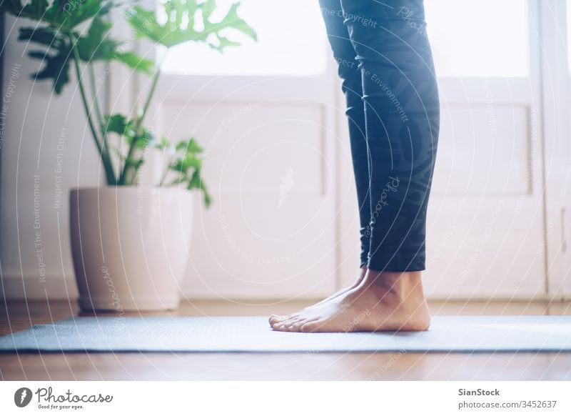 Frau, die morgens bei ihr zu Hause Yoga macht. Unterlage Fitness jung schön Sport Gesundheit Übung passen Training Wellness Fitnessstudio Mädchen Pilates