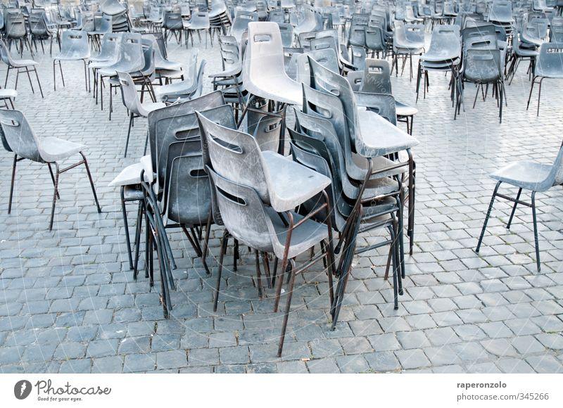 such den tisch! Ferien & Urlaub & Reisen Tourismus Stuhl Veranstaltung Kultur Platz sitzen stehen viele grau Stapel stapeln Pflastersteine trist Masse