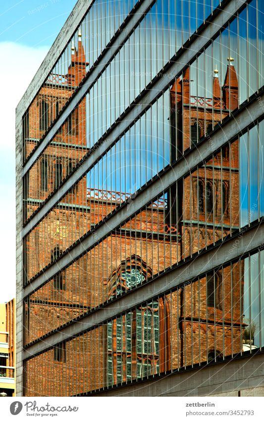 Friedrichwerdersche Kirche, gespiegelt im Außenministerium architektur außen außenministerium berlin city friedrichwerdersche kirche frühjahr frühling