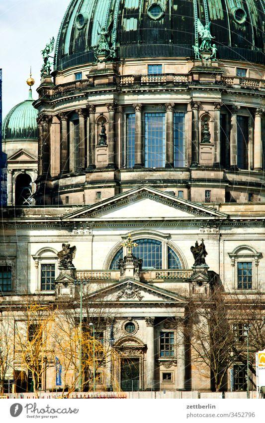 Berliner Dom, Südportal architektur außen berlin city frühjahr frühling hauptstadt haus innenstadt menschenleer städtereise textfreiraum tourismus touristik dom