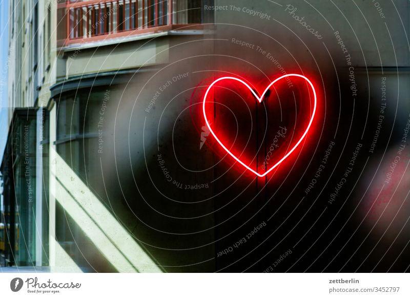 Herz aus Neon haus innenstadt menschenleer städtereise textfreiraum herz neon neonlicht werbung reklame innenarchitektur innenraum innenarchitektur gestaltung