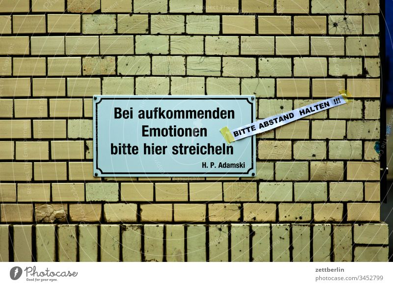 Bitte Abstand halten architektur außen berlin city frühjahr frühling hauptstadt haus innenstadt menschenleer städtereise textfreiraum tourismus touristik wand