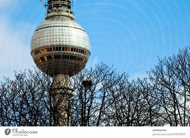 Fernsehturm mit Krähennest alex alexanderplatz architektur außen berlin city fernsehturm frühjahr frühling hauptstadt haus innenstadt menschenleer städtereise