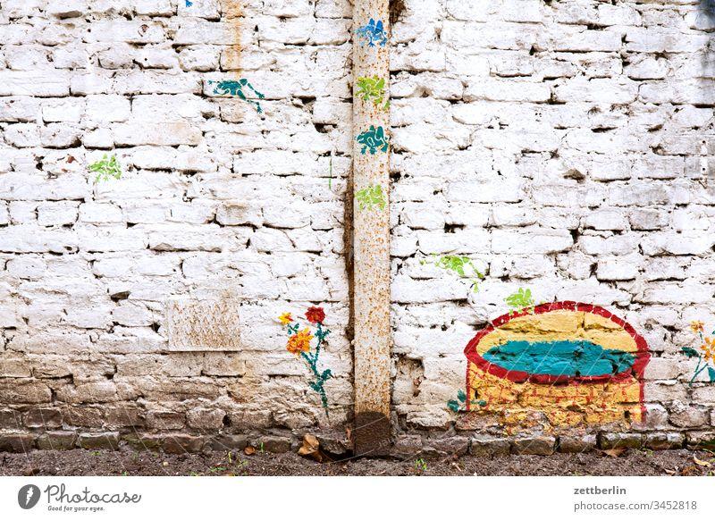 Hinterhofromantik altbau außen brandmauer fassade haus hinterhaus hinterhof innenhof innenstadt menschenleer mietshaus schatten textfreiraum wand wohnen