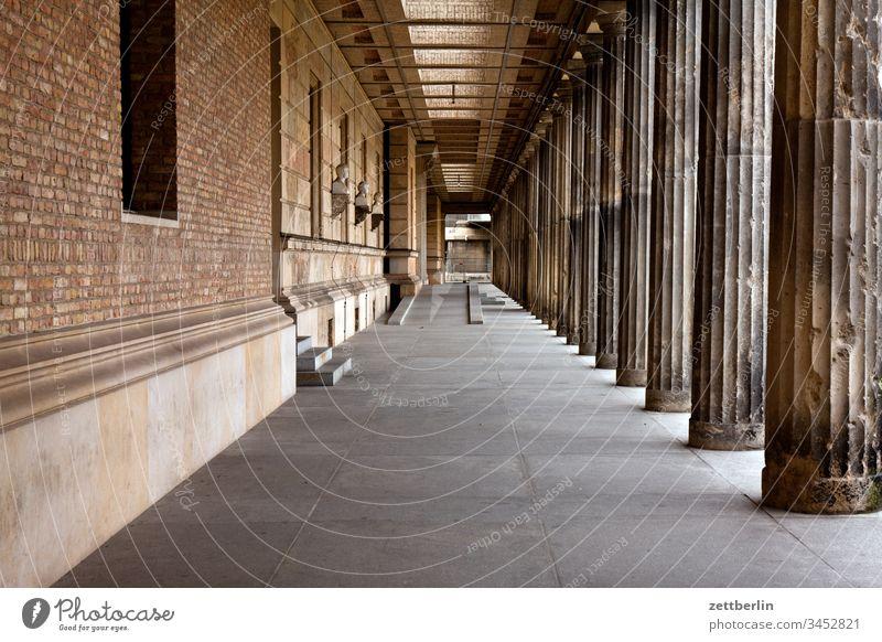 Säulengang im Neuen Museum, Berlin architektur außen berlin city frühjahr frühling halle hauptstadt haus innenstadt james-simon-galerie menschenleer museum