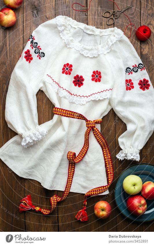 weißes Leinenhemd mit handbestickter Volksstickerei Mode Hemd Blume Kleidung Stickereien Faser selbstgemacht Hand Tradition national Design Ornament Muster