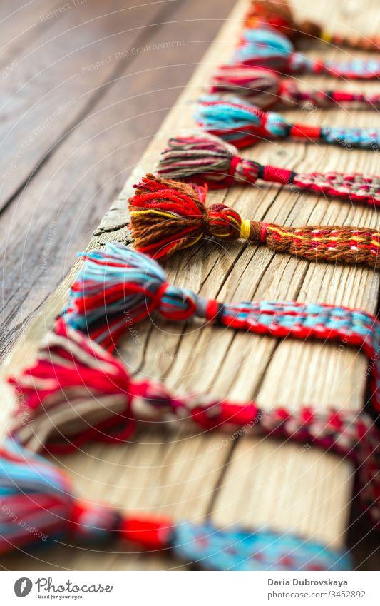 gewebte Gürtel aus farbigen Fäden im ethnischen Stil farbenfroh Kultur Hintergrund Textil Textur natürlich handgefertigt Design weiß rot Handwerk Volksmuster