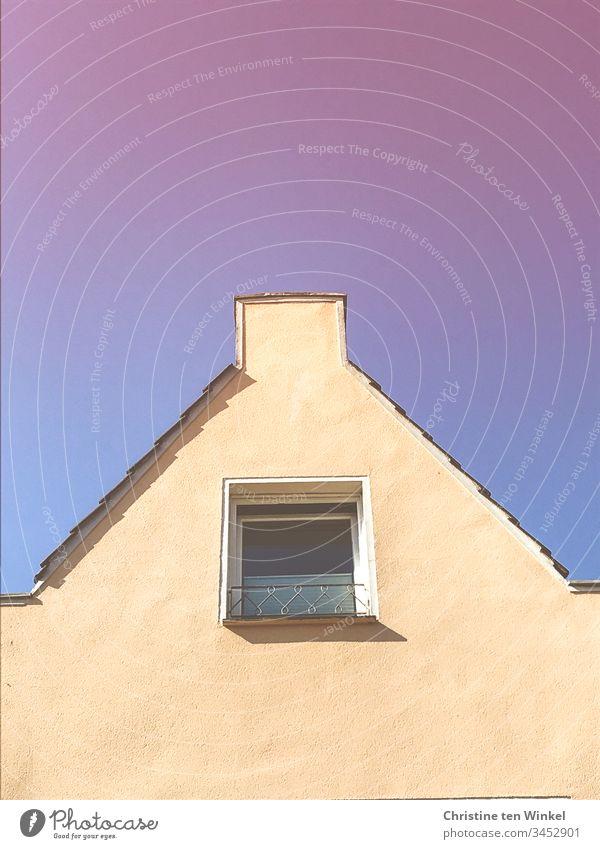 Hausgiebel mit Fenster vor blauem und rosa Himmel Blauer Himmel Hintergrund neutral Dach Dachgiebel Giebelwand Tag Außenaufnahme Textfreiraum oben Gebäude
