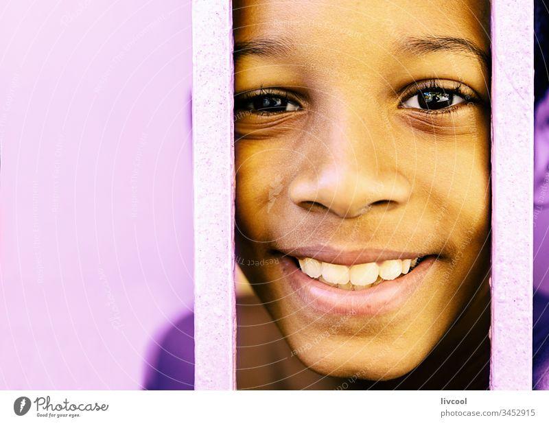 netter kubanischer Junge III , santiago de cuba Kuba karibisch Insel Kubaner Kind gelber Zaun Porträt gutaussehend Nizza niedlich Menschen Straße echte Menschen