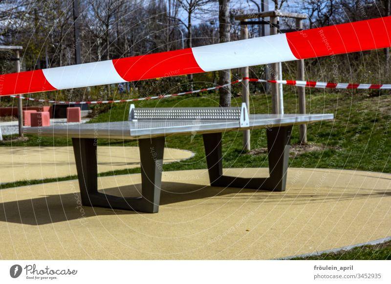 abgesperrter Spielplatz Tischtennisplatte corona Restriktion leer nicht erlauben flatterband Absperrung Tag coronavirus Schutz Infektionsgefahr Prävention