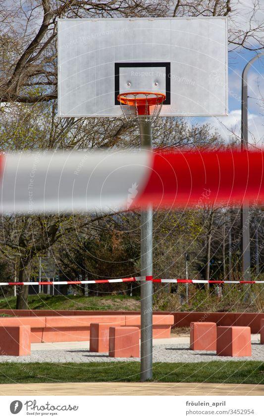 abgesperrter Basketballplatz Absperrung Sportplatz Öffentlich Corona-Virus Vorsichtsmaßnahme Infektionsgefahr Coronavirus Schutz Quarantäne COVID Prävention