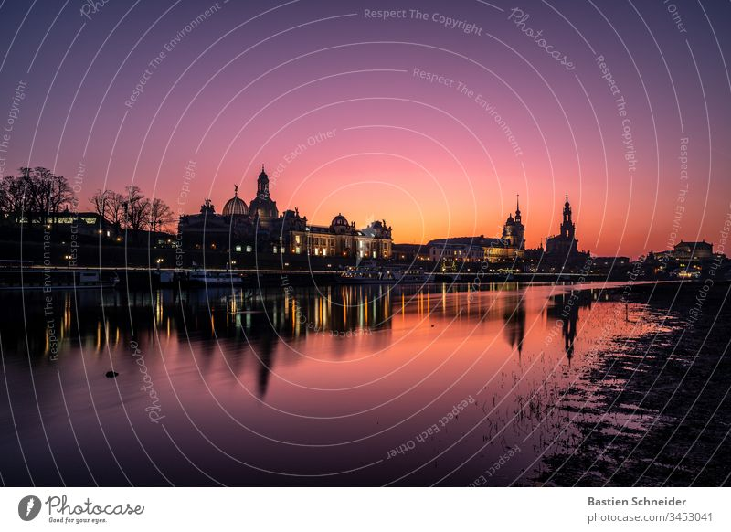 Skyline Dresden, Altstadt, Sachsen, Deutschland malerisch stimmungsvoll Farbfoto Fluss Elbe Illumination Gefühle Ferien & Urlaub & Reisen Europa Ausflug Abend