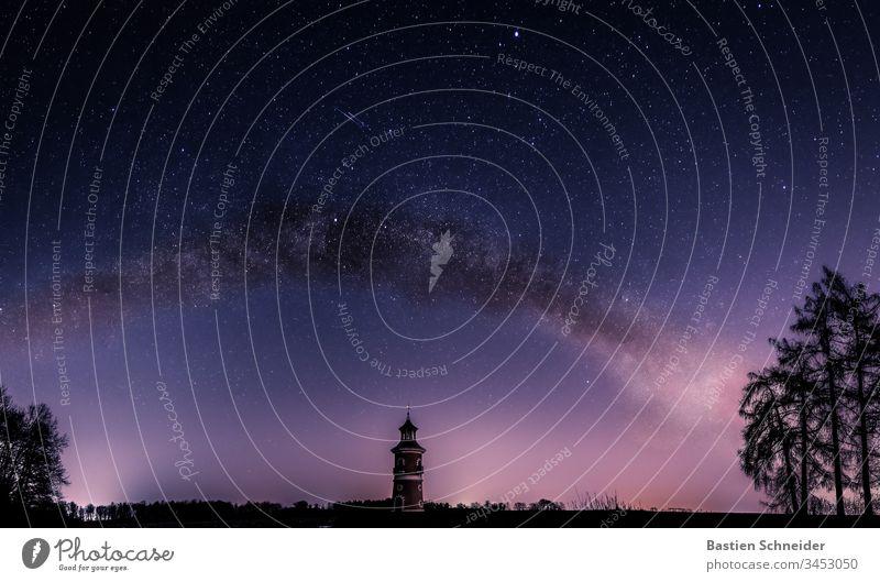 Milchstraße in Moritzburg über dem Leuchtturm,  Sachsen, Deutschland Himmel Nachthimmel Farbfoto sterne Observatorium Unendlichkeit Milchstrasse Sternbild