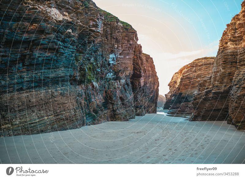 VIew aus dem Sand am Strand der Cathedrals Bogen als Katedrais atlantisch Strand der Kathedralen Strand der heiligen Wasser schön Kantabrische Küste Klippe