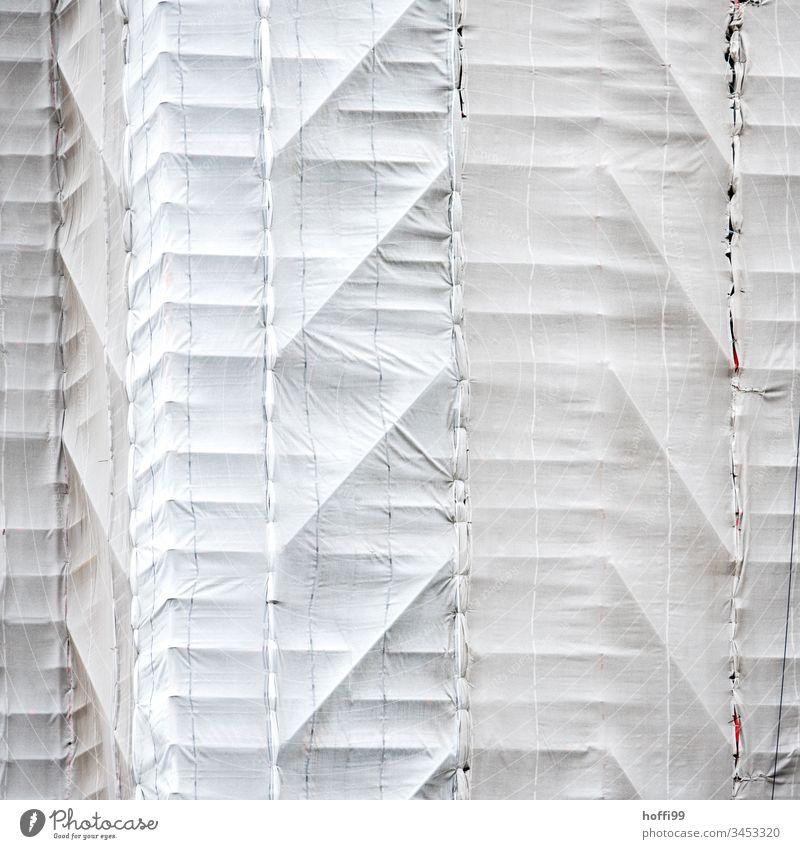 verstecktes Gerüst auf der Baustelle Netz Gerüstplane Gerüstnetz Sicherheit Verheimlichung Gebäude Architektur Schranke Schutz Barriere Laufmasche